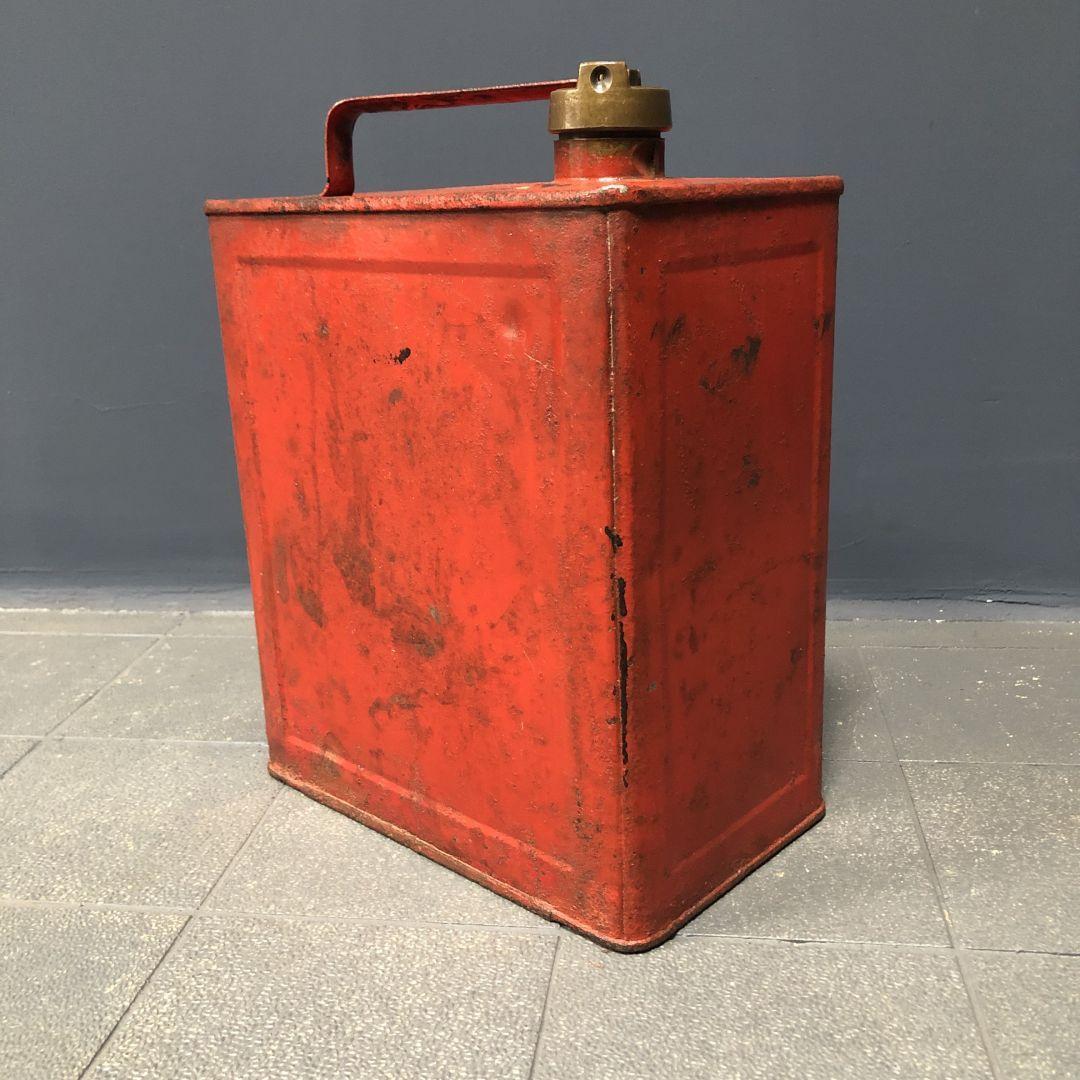 Oud rood petroleum blik
