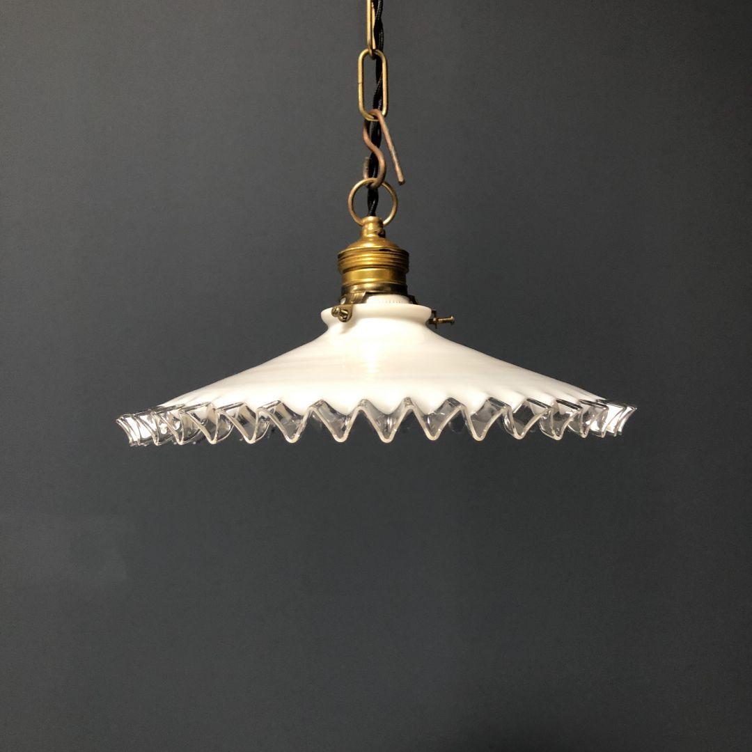 Melkglazen hanglampen met kartelrand
