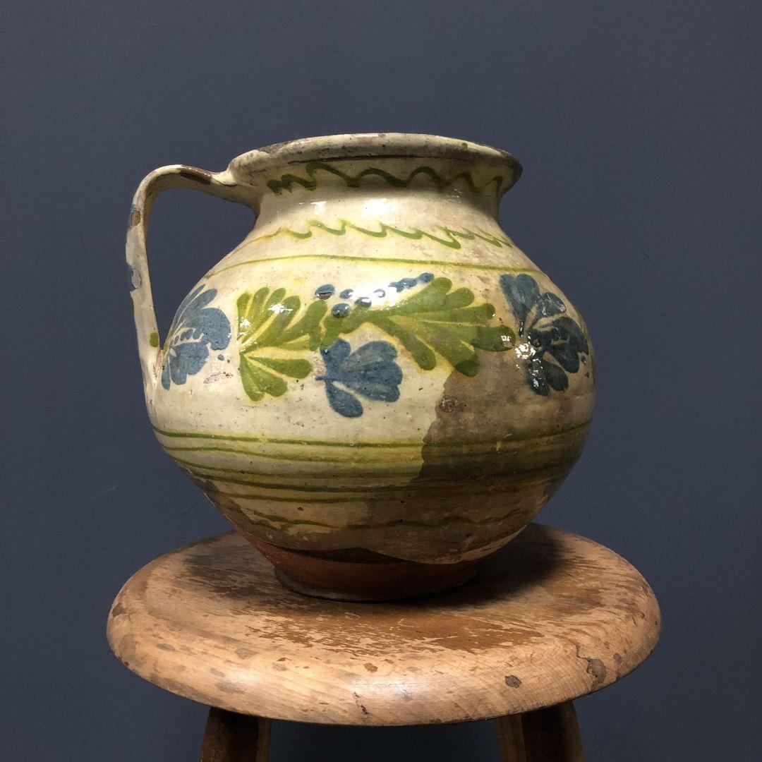 Geglazuurde aardewerk pot met bloemen