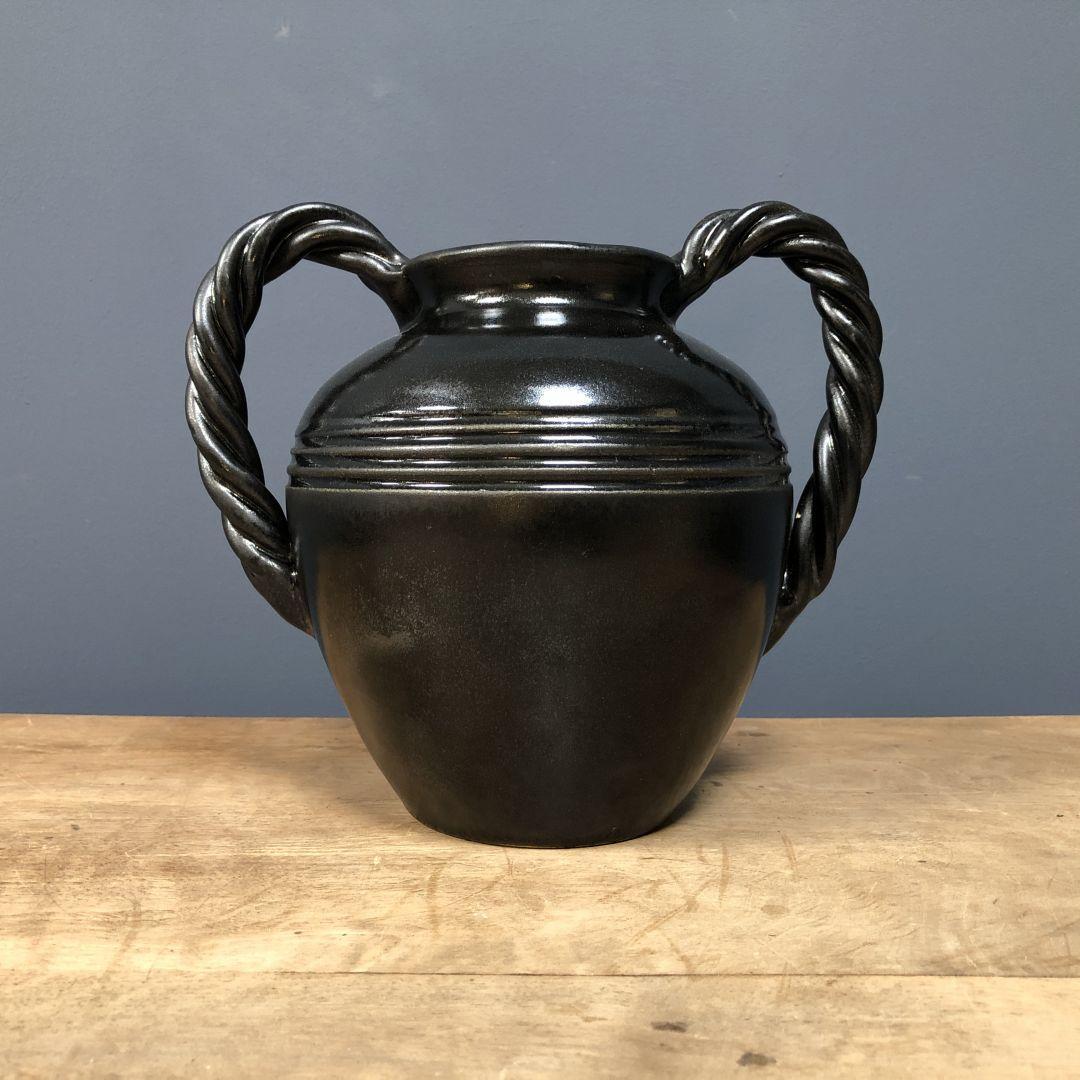 Zwarte vaas met gedraaide grepen