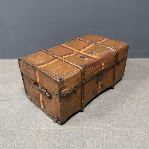 Antieke bruine reiskoffer met houten sleden