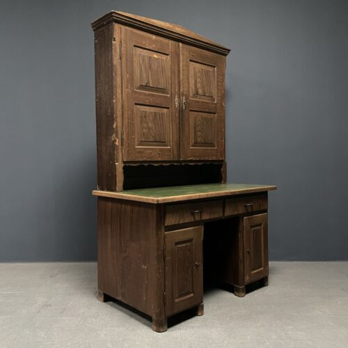 Beschilderd grenen bureau met bovenkast