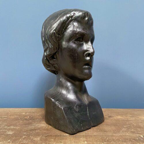 Verbrande zwart houten buste