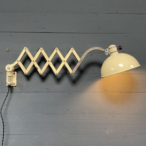 Crème kleurige schaarlamp van Werner Schröder