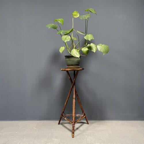 Hoge driepoot plantentafel van bamboe