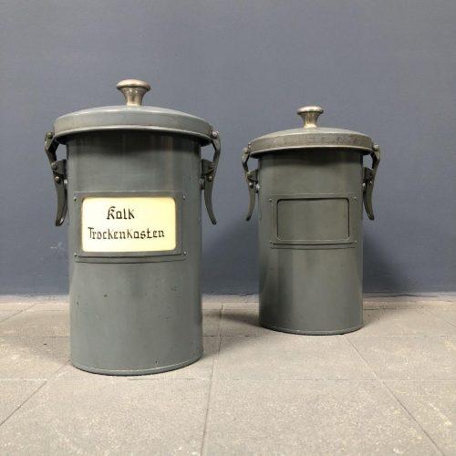 Grijze metalen droog potten