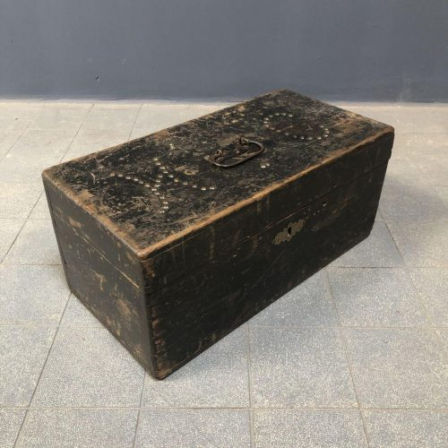 Zwarte houten kist met initialen