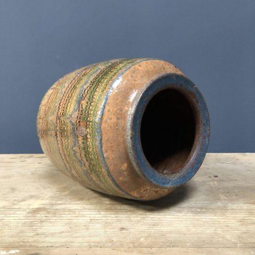 Aardewerk pot met gekleurde glazuur