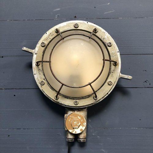 Oude wandlamp van een schip