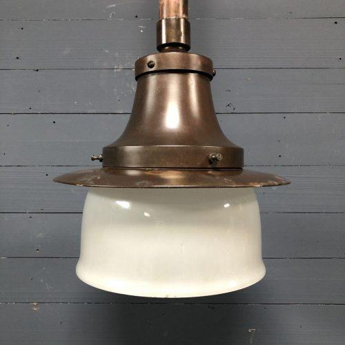 Koperen wandlamp met opaline glazen kap