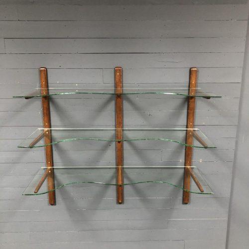 Sierlijke glazen schappen met eiken staanders