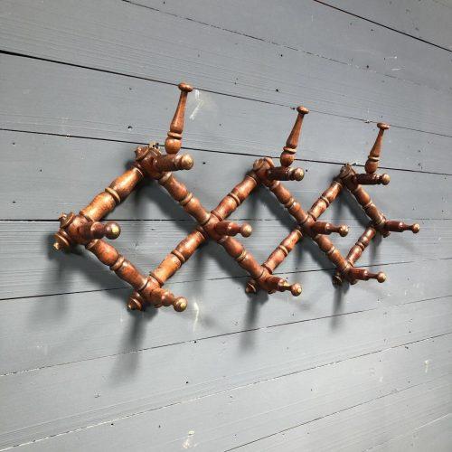 Roodkleurige houten kapstok van gedraaid hout uit België