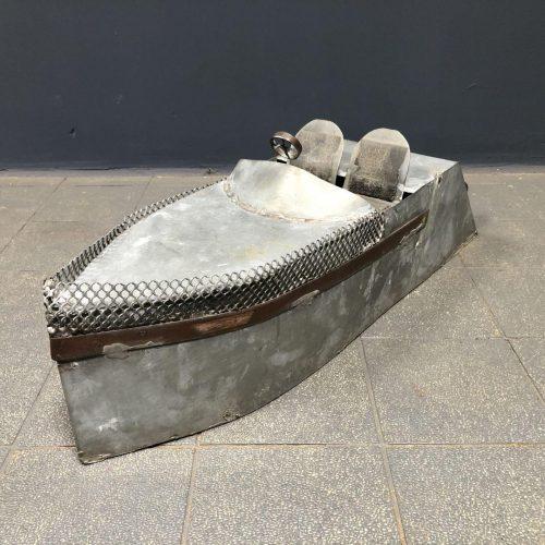 Grote volkskunst speedboot van zink en koper