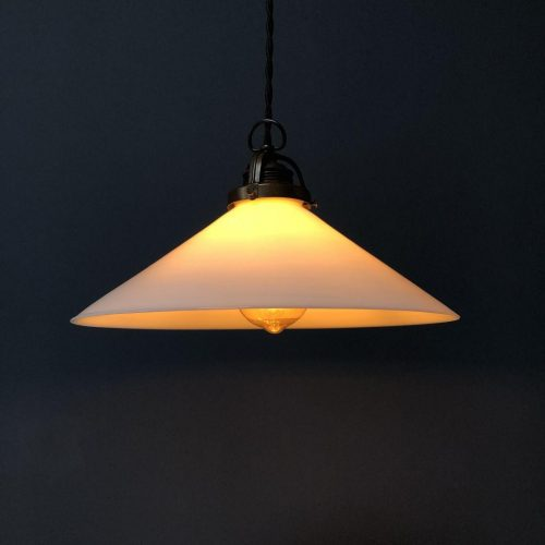 Set van twee opaline glazen hanglampen