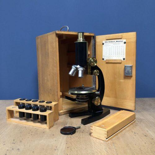 Oude microscoop in kastje
