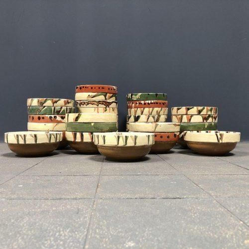 verschillende geglazuurde terracotta schaaltjes