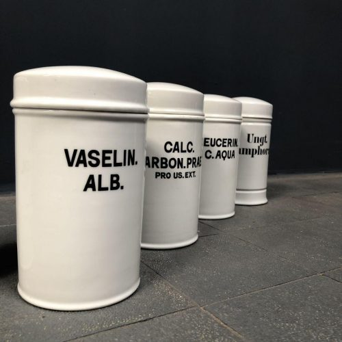 Grote porseleinen potten met tekst uit een apotheek