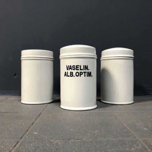 Middelgrote porseleinen potten uit een apotheek