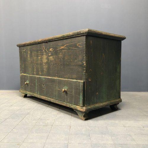 Grote verweerde groene kist met lade