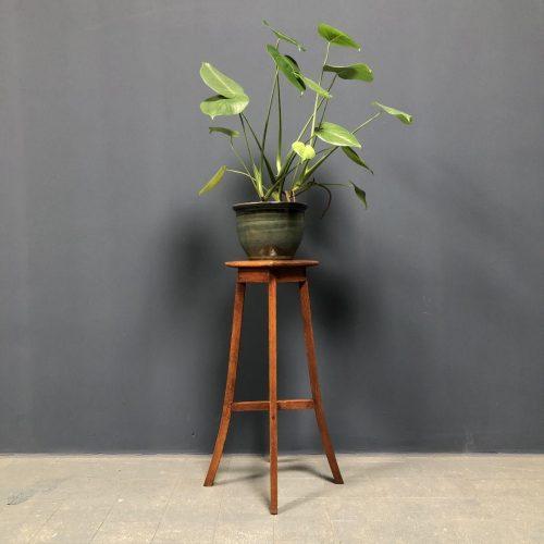 Eiken plantentafel met sierlijke pootjes