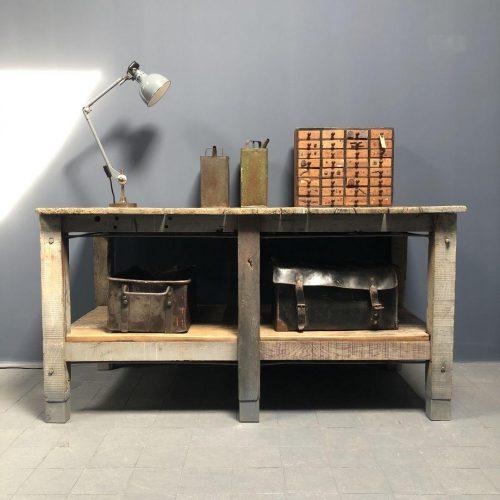 Oude houten werkbank met spanstangen