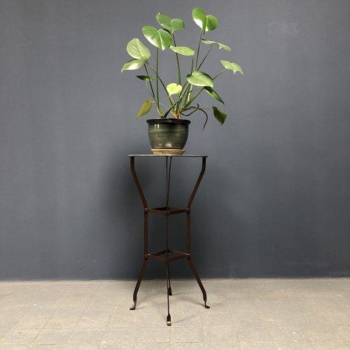 Geklonken ijzeren plantentafel met zinken blad