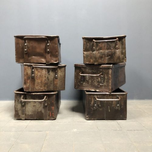 Grote metalen bakken uit oude fabriek