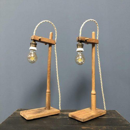 Houten laboratorium statief met lamp