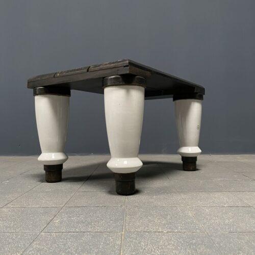 Oude isolatoren opstap als salontafel
