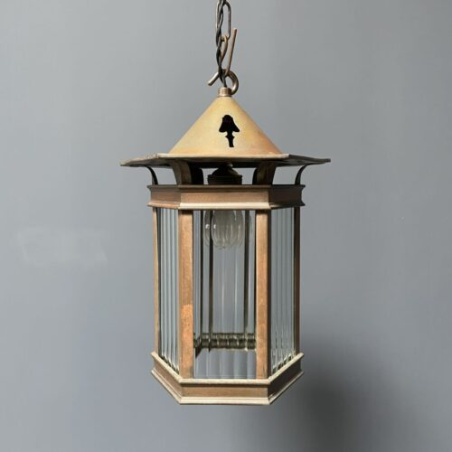 Oude koperen lantaarn met lijnglas