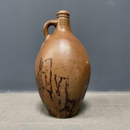 Verweerde oude kruik van aardewerk