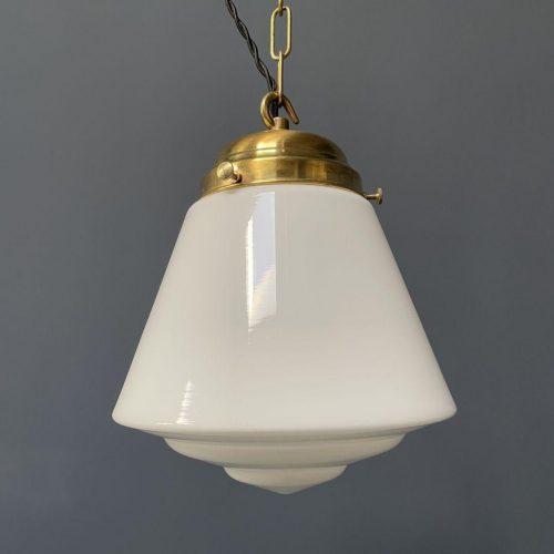 Opaline glazen hanglamp met messing armatuur