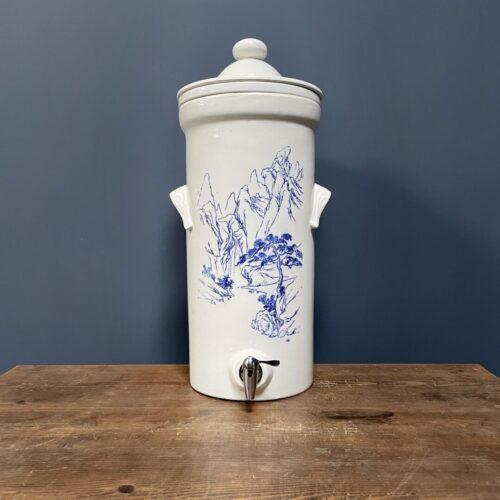 Antieke porseleinen waterfilter