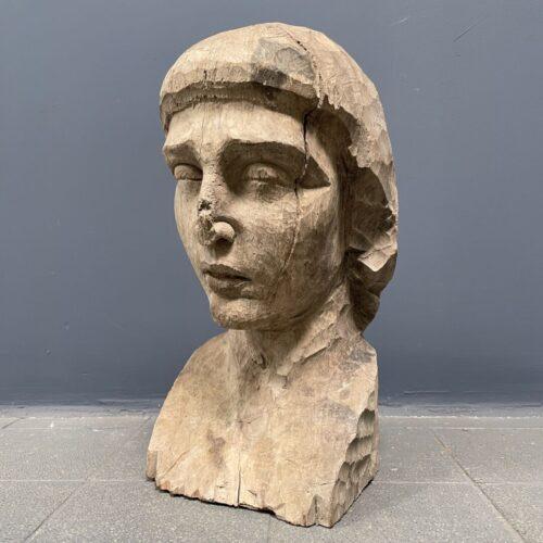 Uit hout gesneden buste van een vrouw