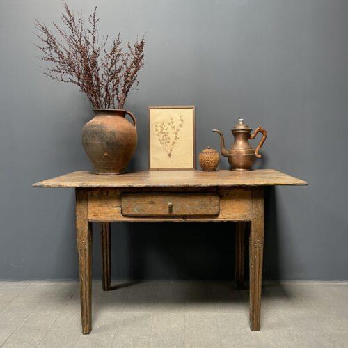 Sleets antiek tafeltje uit Zweden