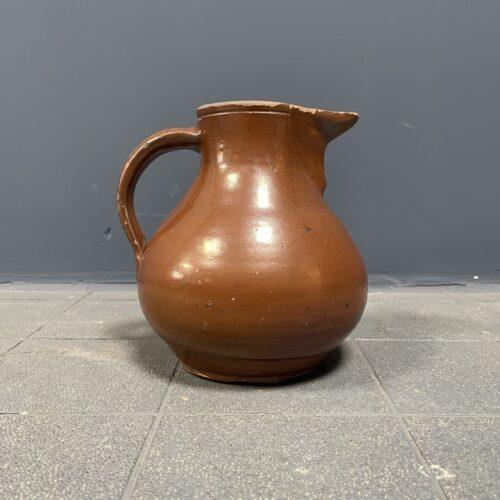 Oude waterkan van aardewerk